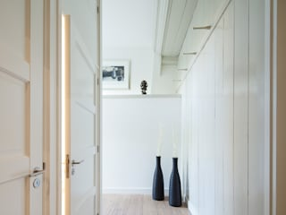 現代風玄關、走廊與階梯 根據 Richèl Lubbers Architecten 現代風