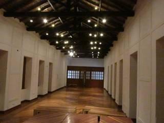 CLAUSTRO LAS AGUAS - BOGOTA: Estudios y despachos de estilo  por JLS ILUMINACIONES S.A.S., Colonial