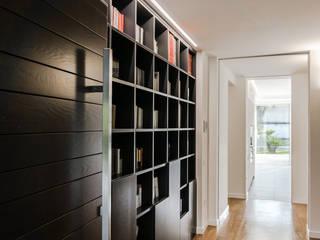 Modern corridor, hallway & stairs by Ignazio Buscio Architetto Modern
