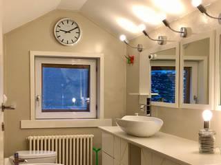 Bagno laccato bianco: Bagno in stile  di Designmad