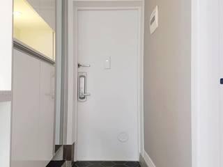 Pasillos, vestíbulos y escaleras de estilo minimalista de YONG DESIGN Minimalista
