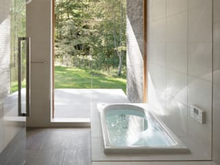 atelier137 ARCHITECTURAL DESIGN OFFICE Nowoczesna łazienka Płytki Biały