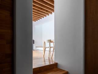 井の頭О邸 北欧スタイルの 玄関&廊下&階段 の 遠藤誠建築設計事務所(MAKOTO ENDO ARCHITECTS) 北欧