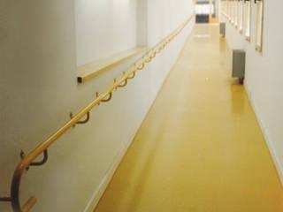 Progetti di sperimentazione per arredi per anziani: Ingresso & Corridoio in stile  di Morelli & Ruggeri Architetti