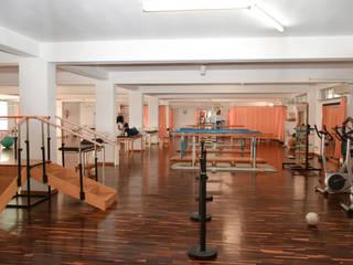 Progetti di sperimentazione per arredi per anziani: Sala multimediale in stile  di Morelli & Ruggeri Architetti