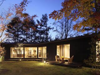 森を包む家 -軽井沢別荘-: Studio tanpopo-gumi 一級建築士事務所が手掛けた別荘です。