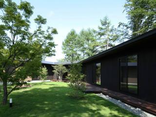 森を包む家 -軽井沢別荘-: Studio tanpopo-gumi 一級建築士事務所が手掛けた長屋です。