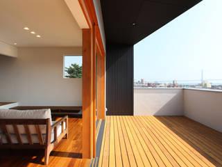 海 望む家: Studio tanpopo-gumi 一級建築士事務所が手掛けたテラス・ベランダです。