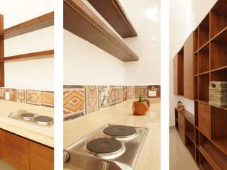 Loft Casa 53: Vestidores y closets de estilo  por Escaleno Taller de Diseño