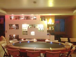 Sala de Poker : Salas multimedia de estilo  por MAGIA ARQUITECTONICA