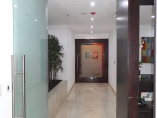 Despacho Consultores Bosques de Las Lomas: Pasillos y recibidores de estilo  por MAGIA ARQUITECTONICA