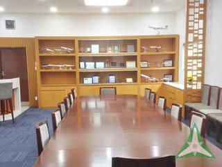VAN NAM FURNITURE & INTERIOR DECORATION CO., LTD. Oficinas y bibliotecas de estilo clásico Cobre/Bronce/Latón Gris