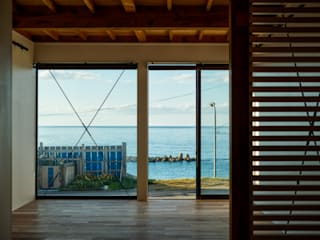 海を望むフリースペース: エヌ スケッチが手掛けたリビングです。