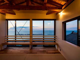 海を望む寝室(夕景): エヌ スケッチが手掛けた寝室です。,
