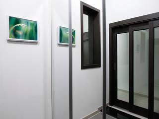 용인 신축 전원주택 A동 30py - 현관: Design Daroom 디자인다룸의  복도 & 현관