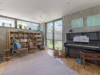 EFH in Weilheim: moderne Wohnzimmer von WSM ARCHITEKTEN