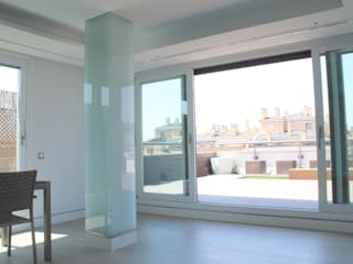 Reforma vivienda Madrid: Salones de estilo  de Simetrika Rehabilitación Integral