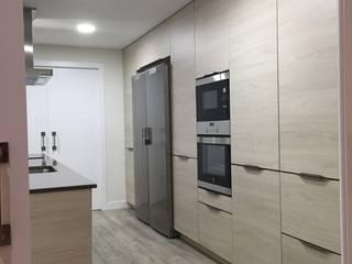 Reforma integral duplex Majadahonda: Cocinas de estilo  de Simetrika Rehabilitación Integral