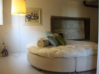 Art suite gallery...casa vacanze d'Autore: Camera da letto in stile  di è design. EDILIZIA&PROGETTAZIONE Studio Geom. Giovanni Belei
