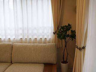 Luxury White Style - 贅沢な白い空間: 株式会社アートアーク一級建築士事務所が手掛けたリビングルームです。