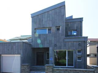 마당을 공유하는 모던 콘크리트주택 (충청남도 보령시) by 더존하우징 모던