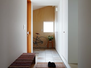 Scandinavian style corridor, hallway& stairs by 有限会社建築計画 Scandinavian