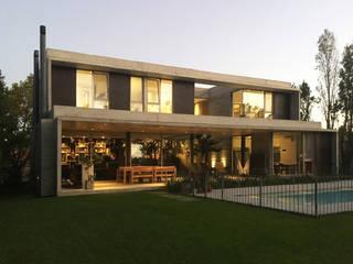 Casa May: Casas unifamiliares de estilo  por CREA CONSTRUCTORA  / Crespi + Ruiz Arqs