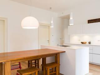 Ristrutturazione in Bianco e Legno a Roma CASAHELP RISTRUTTURAZIONI Cucina in stile scandinavo Legno Bianco