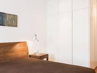 Ristrutturazione in Bianco e Legno a Roma CASAHELP RISTRUTTURAZIONI Camera da letto in stile scandinavo Legno Bianco