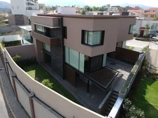Vista fachada posterior: Casas unifamiliares de estilo  por NEU ARQUITECTURA