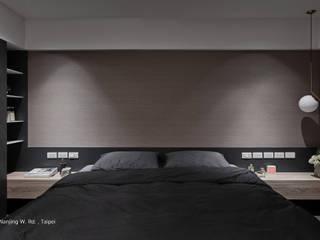 沉穩色調的臥房:  臥室 by SECONDstudio