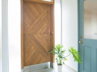 土間キッチンの家 house_in_nishiyama: タイラ ヤスヒロ建築設計事務所/yasuhiro taira architects & associatesが手掛けた廊下 & 玄関です。