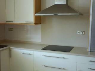 Cocina blanca con madera clara en Las Tablas, Madrid Qdekitchen Cocinas de estilo moderno Blanco