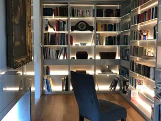 Bibliothek mit Kamin:  Arbeitszimmer von M-Moebeldesign - Interior by BOCK