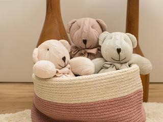 Quarto de Bebê | Quarto da Júlia: Quartos de bebê  por LEZSY | Interior Design,Clássico