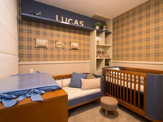 Quarto de Bebê | Quarto do Lucas: Quartos de bebê  por LEZSY | Interior Design,Clássico