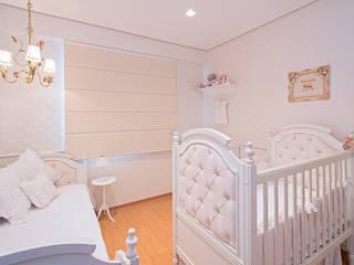 Quarto de Bebê | Quarto da Eduarda: Quartos de bebê  por LEZSY | Interior Design,Clássico