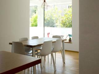 2 CASE X 2 FRATELLI: un progetto sperimentale di recupero residenziale con tecnologia e tradizione: Sala da pranzo in stile  di studioIDEAM