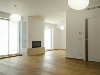 2 CASE X 2 FRATELLI: un progetto sperimentale di recupero residenziale con tecnologia e tradizione: Soggiorno in stile  di studioIDEAM