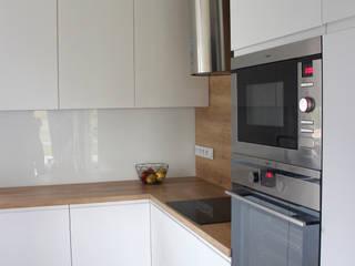 wnętrza w domu prywatnym, Gliwice, Wójtowa Wieś Skandynawska kuchnia od OFF architekci Skandynawski