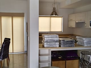 Persianas en casas muestra:  de estilo  por V&C interiores, persianas y pisos laminados