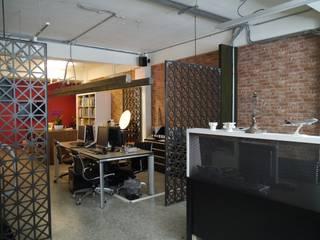 紅磚牆壁與鐵件屏風:  書房/辦公室 by G.T. DESIGN 大楨室內裝修有限公司