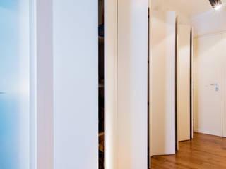 G Guest House: Ingresso & Corridoio in stile  di VITAE DESIGN STUDIO