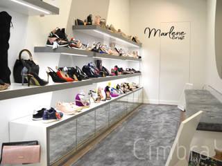 Diseño, proyecto y reforma de zapatería.: Espacios comerciales de estilo  de Cimbra47