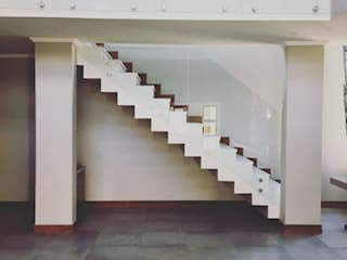 Escaleras de estilo  por TOP CENTRE PROPERTIES GROUP (PTY) LTD,