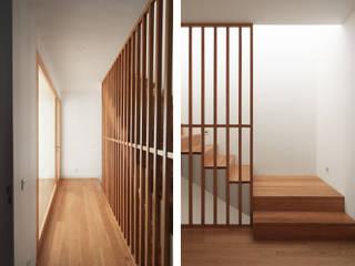 Pasillos, vestíbulos y escaleras modernos de PortoHistórica Construções SA Moderno