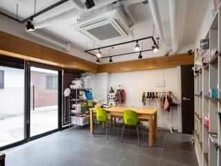 Minimalistyczne domowe biuro i gabinet od inark [인아크 건축 설계 디자인] Minimalistyczny