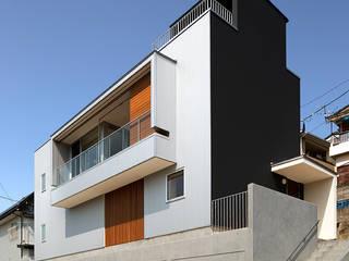 グラバー邸の見える家 モダンな 家 の Atelier Square モダン