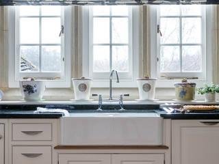 West Sussex Country Kitchen:   by Elizabeth Bee Interior Design