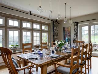 West Sussex Country Kitchen Diner:   by Elizabeth Bee Interior Design